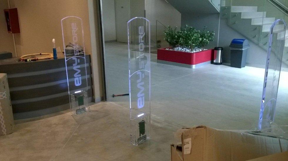Tre barriere antitaccheggio con scritto Emy Store