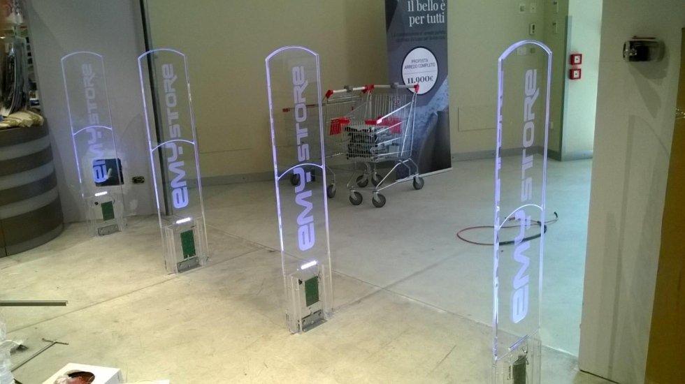 Quattro barriere con scritto Emy Store e un carrello