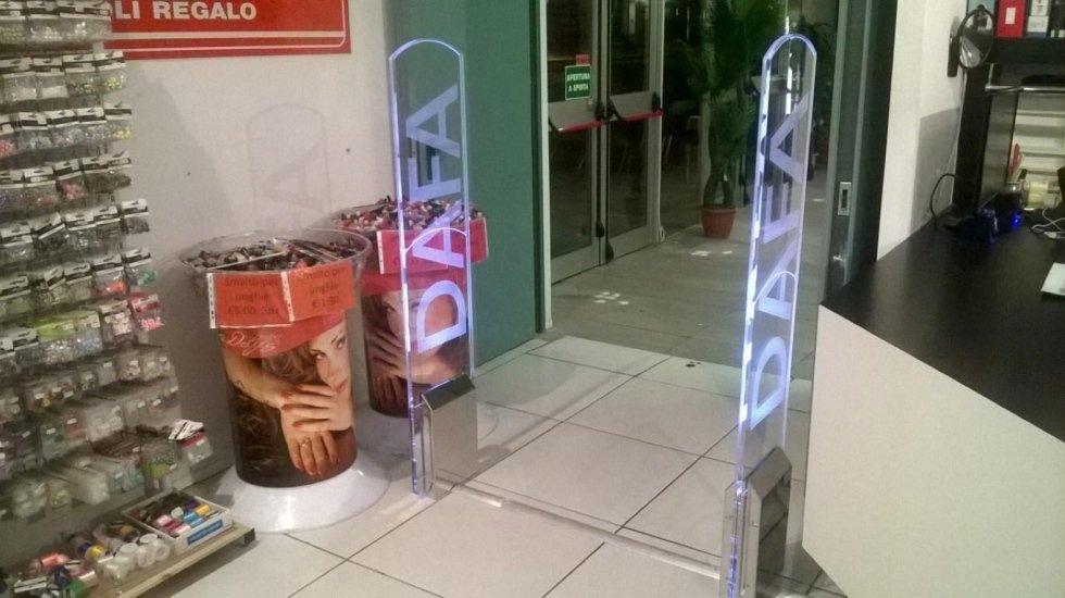 Due barriere antitaccheggio con scritto DAFA all'interno di un negozio