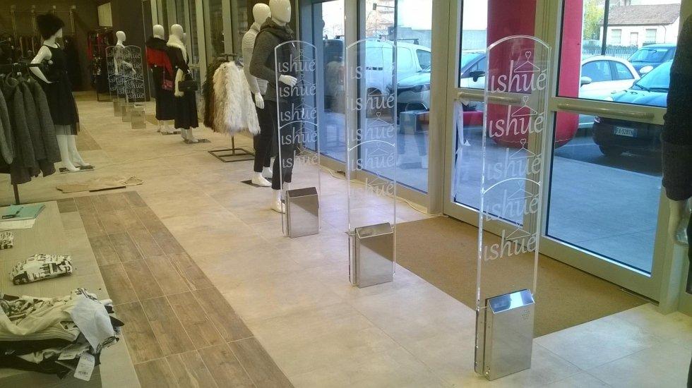 Delle barriere antitaccheggio con scritto ishue all'interno di un negozio
