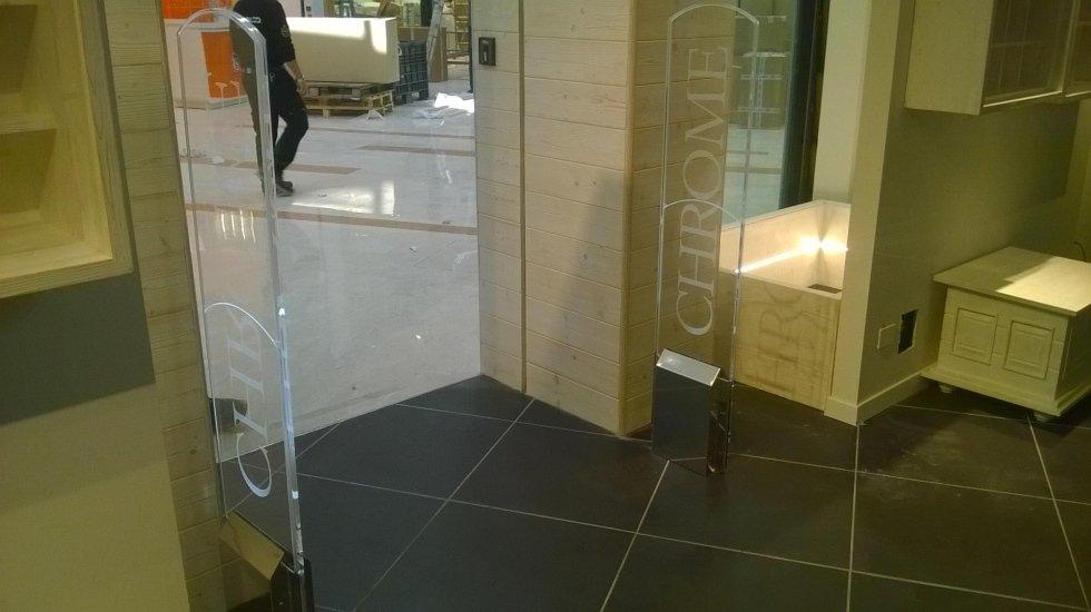 Delle barriere antitaccheggio con scritto Chrome all'interno di un negozio