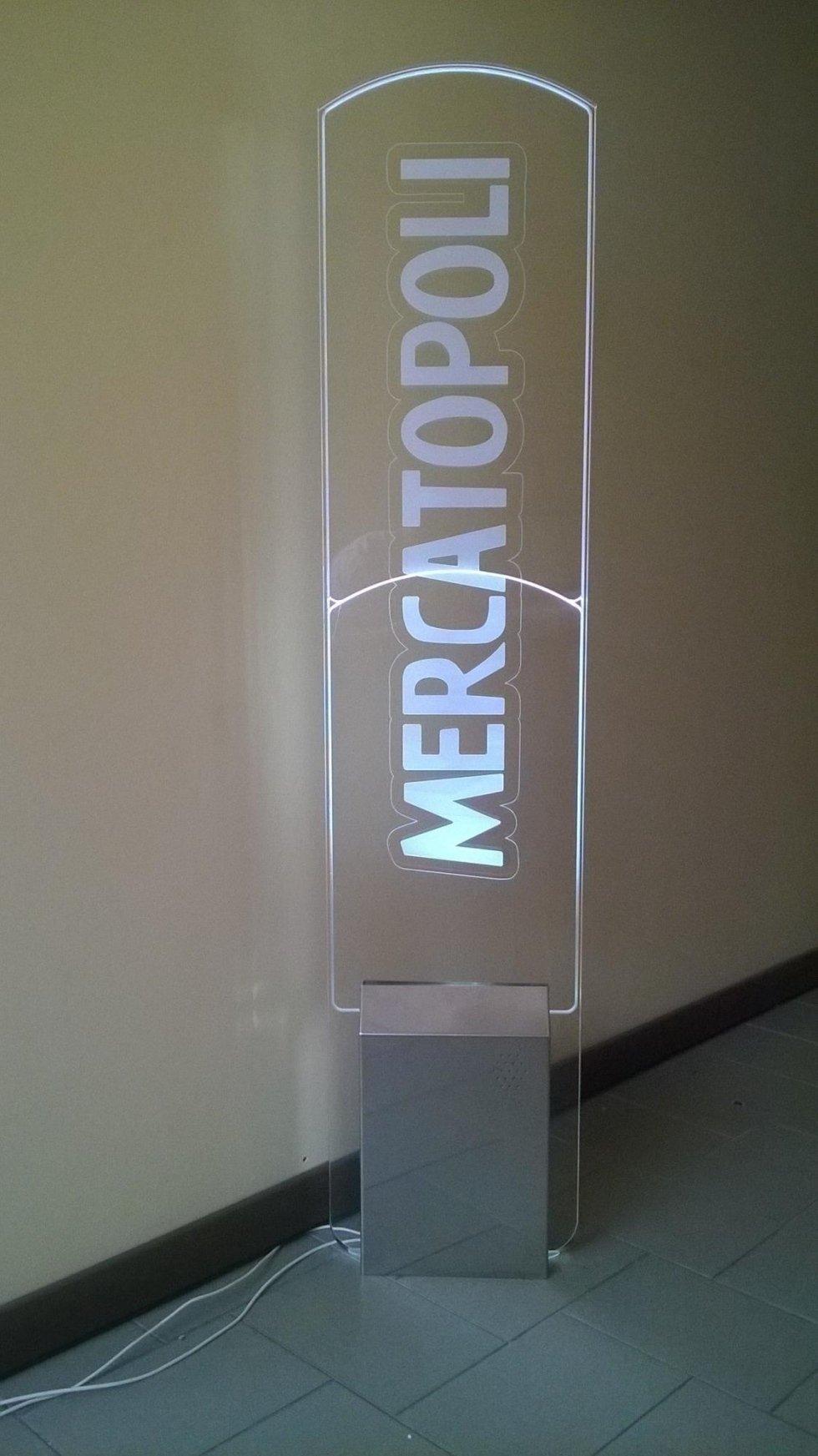 Una barriera antitaccheggio con scritto Mercatopoli