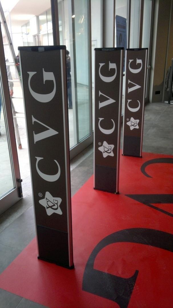 Delle barriere antitaccheggio con scritto CVG all'interno di un negozio