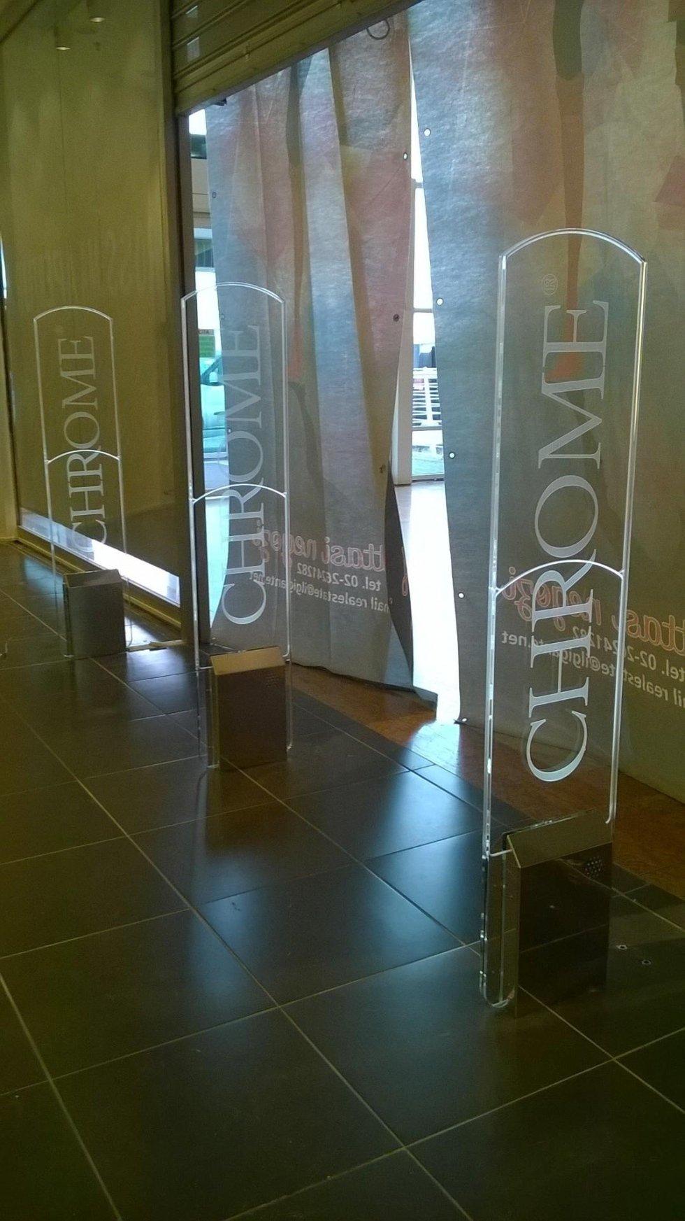 Tre barriere antitaccheggio con scritto Chrome all'interno di un negozio