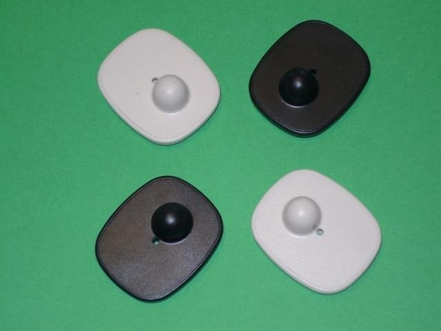 quattro etichette rigide colorate antitaccheggio