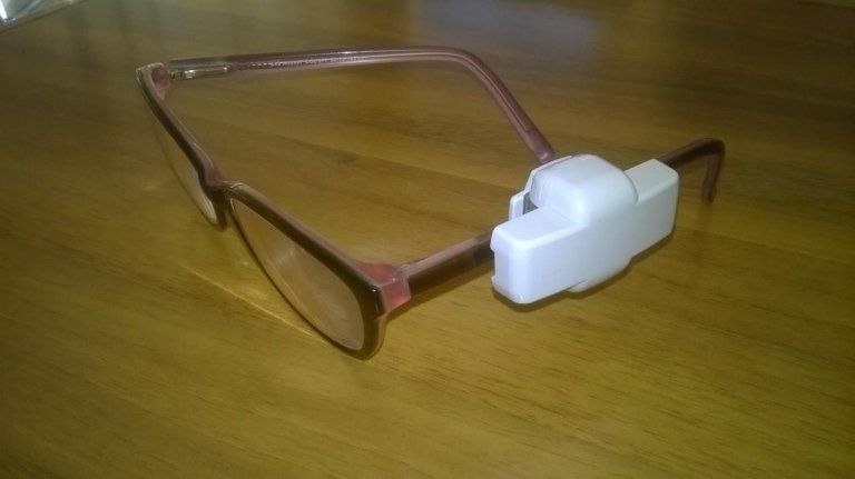 Un dispositivo antitaccheggio su degli occhiali da vista