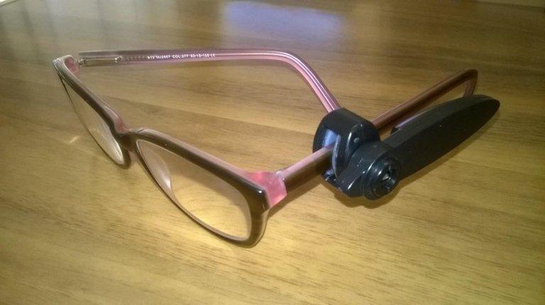 Dispositivo antitaccheggio su un paio di occhiali