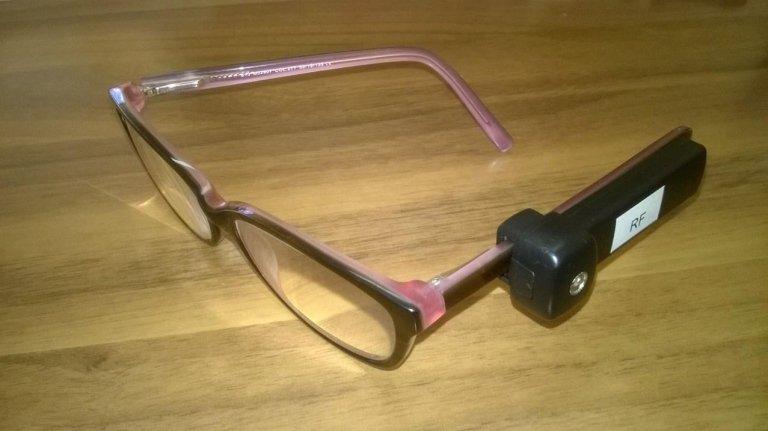 Dispositivo antitaccheggio su un paio di occhiali rosa e marroni