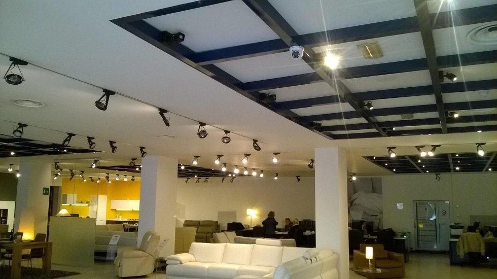 telecamere installate sul soffitto di un negozio di arredamento