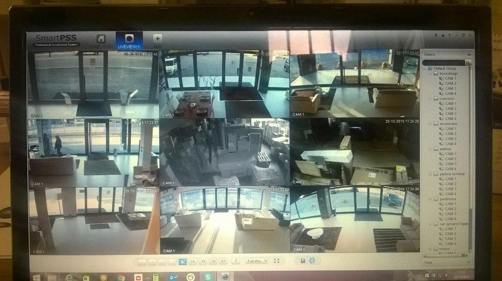 Un monitor con le immagini tratte dalla videosorveglianza