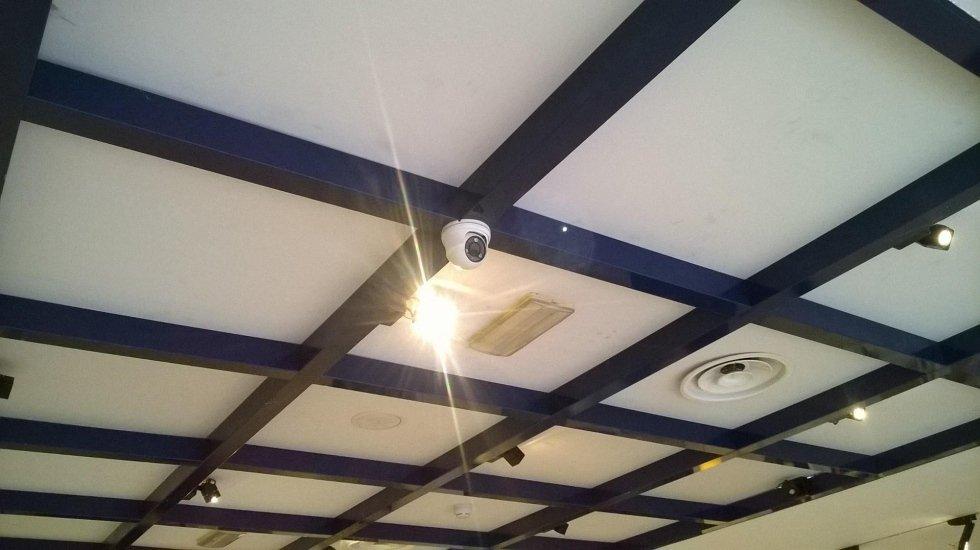 Una telecamera a circuito chiuso sul soffitto di un negozio