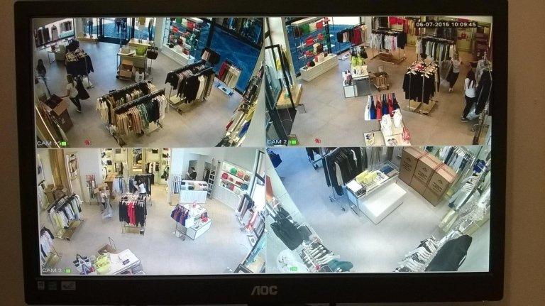 Monitor e le immagini della videosorveglianza in un negozio di abbigliamento
