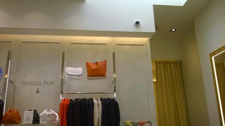 Una telecamera a circuito chiuso su una parete del negozio Patrizia Pepe