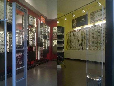 Delle barriere antitaccheggio all'interno di un negozio di occhiali