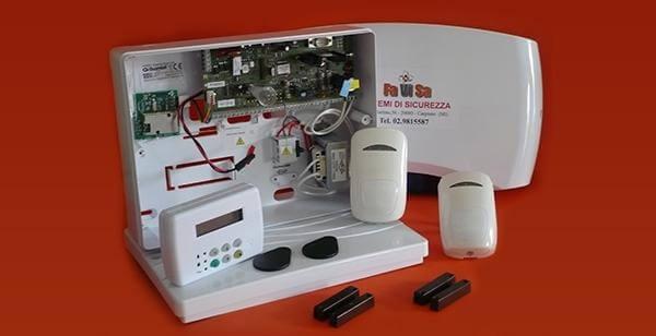 Un dispositivo di antifurto disassemblato e delle allarm