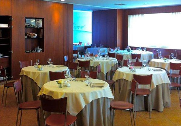 Il Salon di tavola circolari con tenui luci blu e gialle