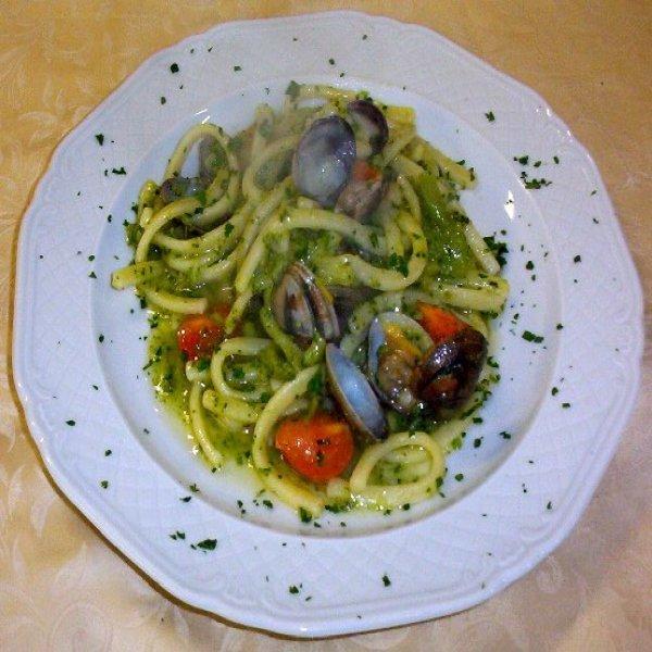 Spaghetti con frutti di mare in salsa verde