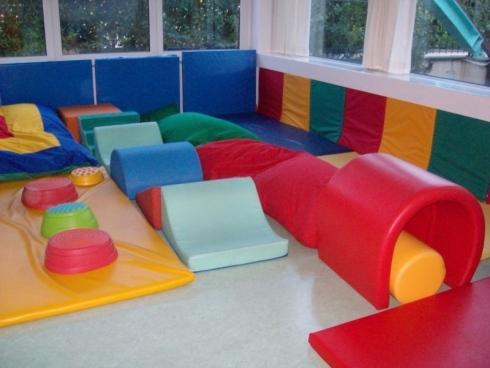 Strutture sicure, materassi, giochi per bambini piccoli