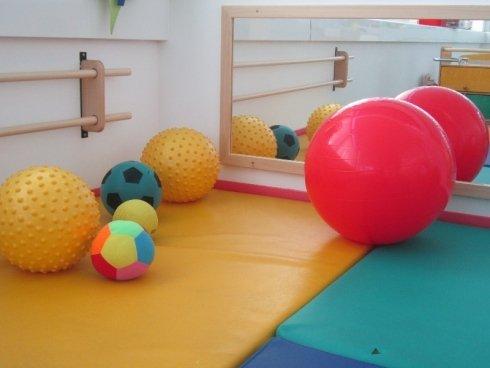 Palloni gonfiabili, palla rossa, stanze grandi, senza pericolo, divertimento per i più piccoli, controllo