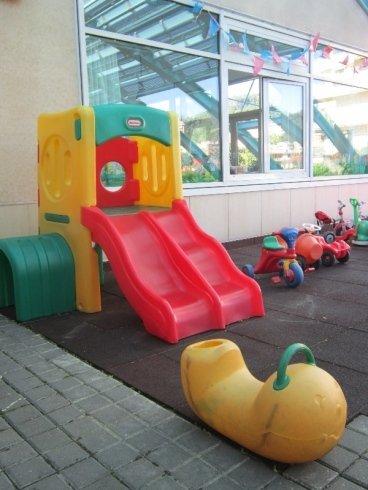 Divertimento per i più piccoli, scivolo in plastica, giochi