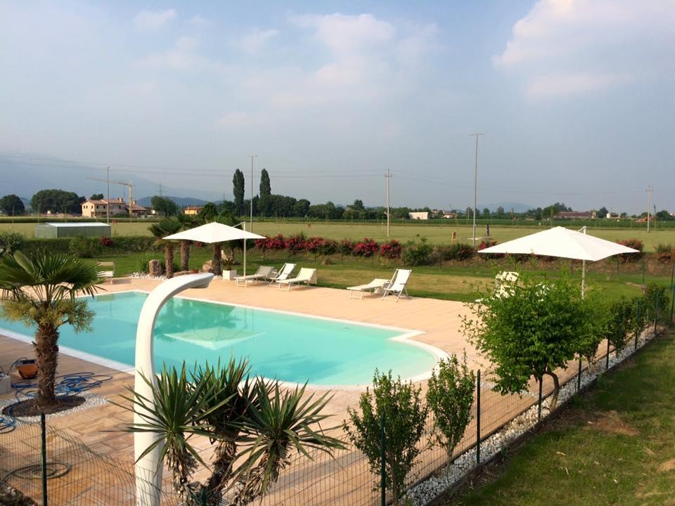 vista dall`alto di una piscina con un un campo all`orizzonte