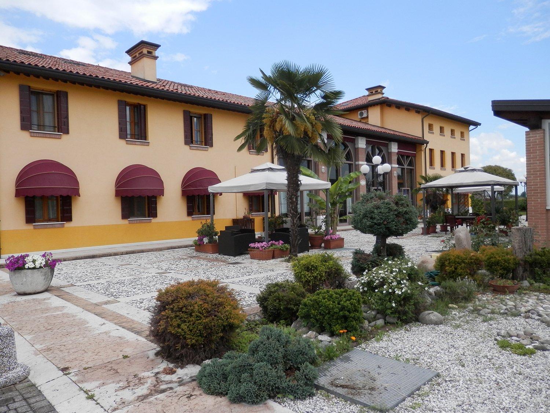 residence con giardino e gazebo