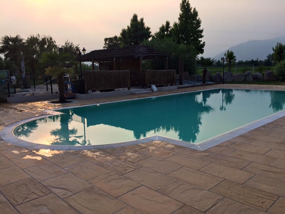 piscina durante il tramonto
