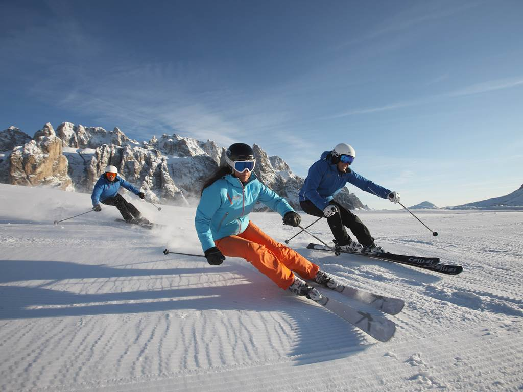 persone durante una virata nello sci
