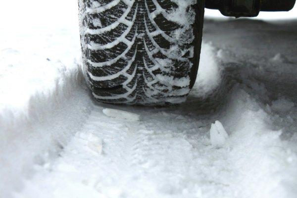 pneumatico invernale di neve vicino