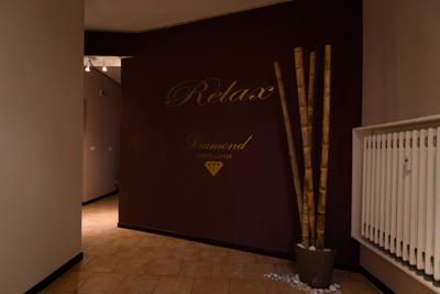 Interno dell'estetica Diamond, parete con scritto