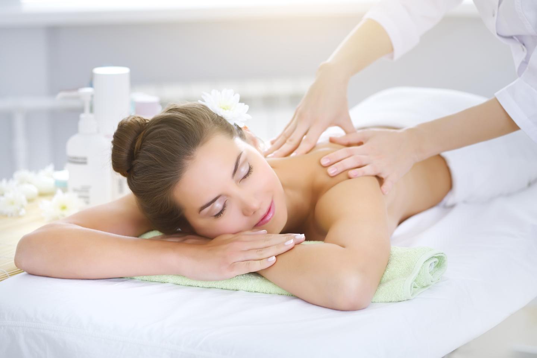 Donna sdraiata mentre viene massaggiata sulle spalle