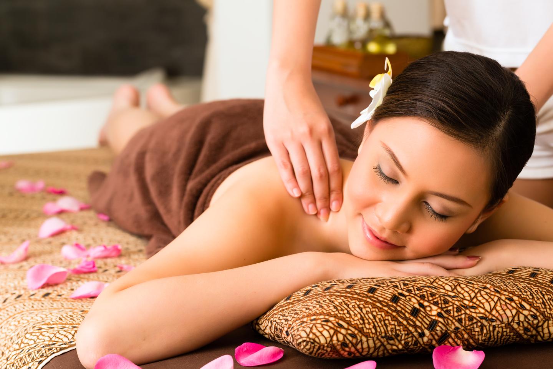 Una donna sdraiata si rilassa durante un massaggio della schiena