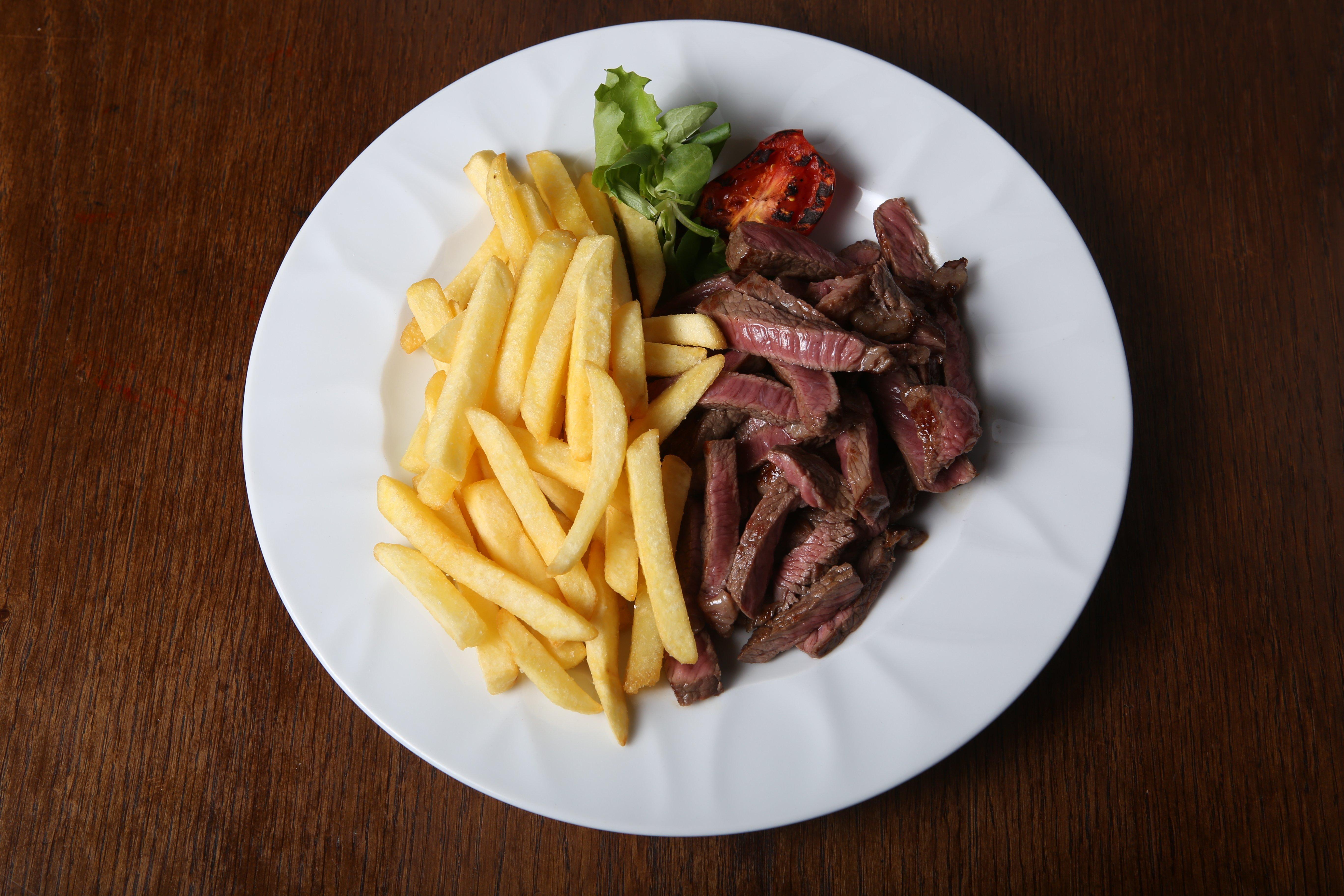 piatto brasiliano con carne e patatine