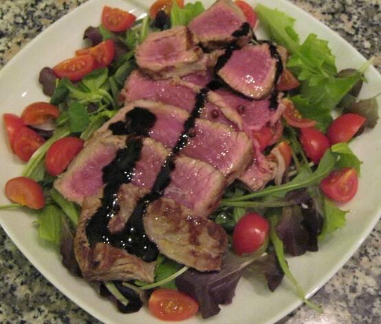Filetto ritorno e ritorno su insalata di rucola,basil e pomodori nani