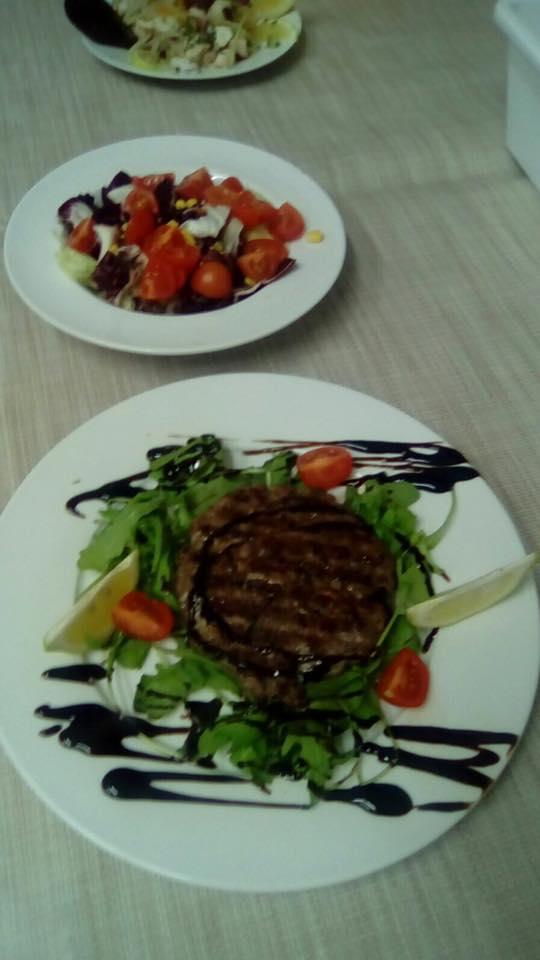 hamburger insalata e pomodori
