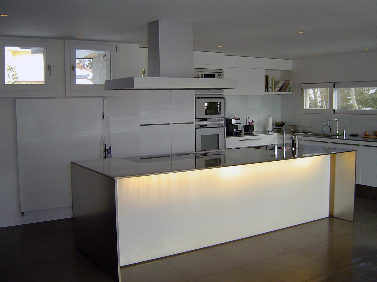 cucina completa con elettrodomestici color panna con illuminazione banco