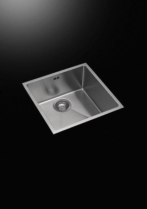 vista di un lavandino in acciaio senza rubinetto su uno sfondo nero