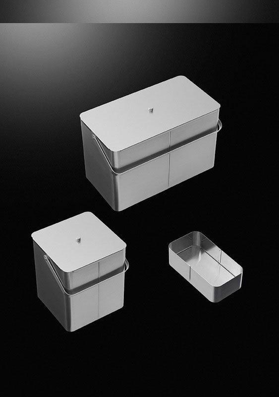 tre contenitori di plastica su sfondo nero