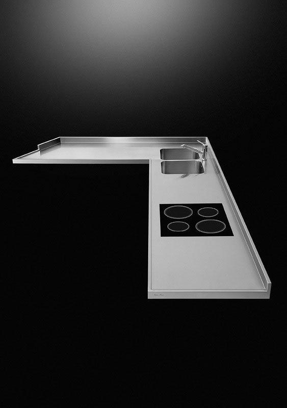 il piano di una cucina in acciaio su sfondo nero
