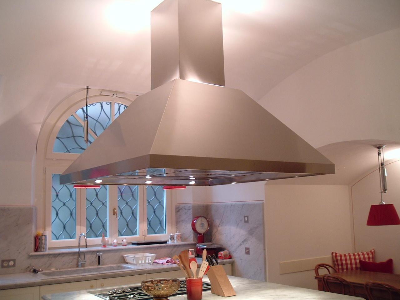 Camma in accaio inox con luci in cucina