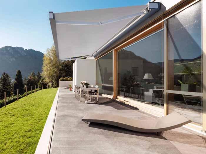 vista laterale di uno spazio aperto di una casa in cemento
