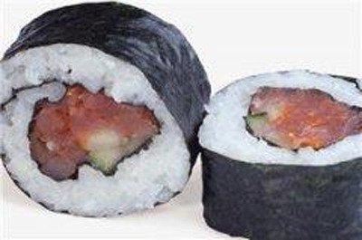 dei pezzi di sushi al tonno avvolti in un alga