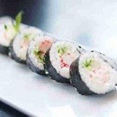 dei pezzi di sushi avvolti da alghe