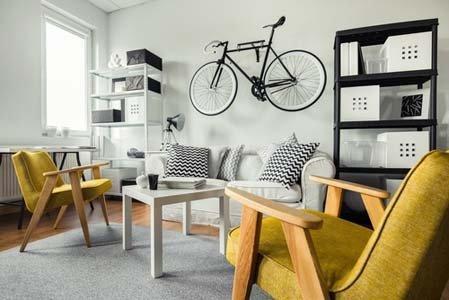 living con bici appesa al muro