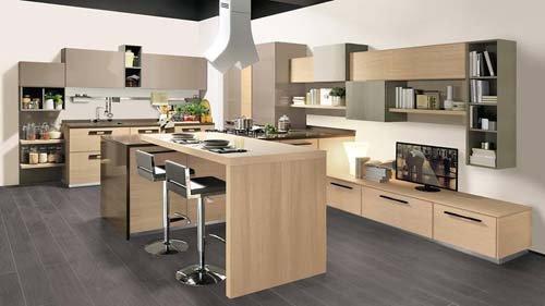 cucina in legno con sgabelli