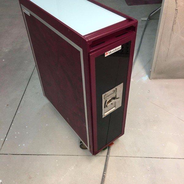 carrello verniciato di bordo con un etichetta con scritto Meridiana