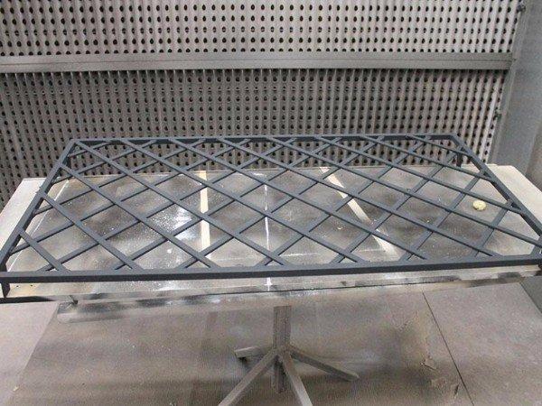 una griglia in ferro appoggiata su un piano da lavoro