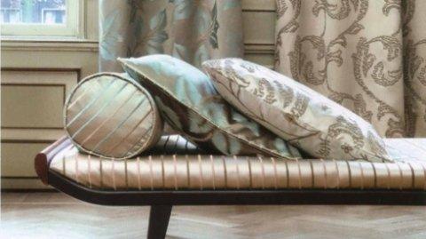 divanetto con cuscini