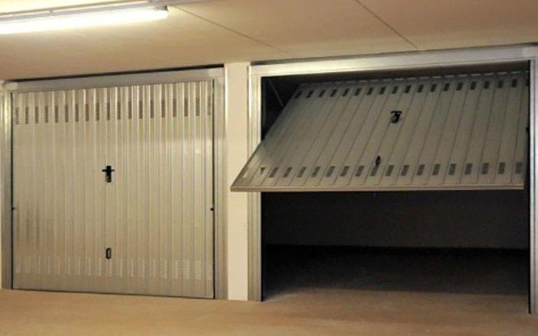 porta di un garage aperta e una chiusa