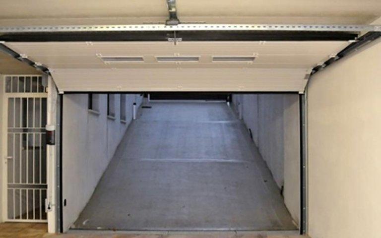 garage bianco sollevato